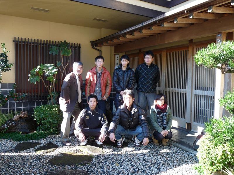 ゼミ合宿2010:旅館前で記念撮影
