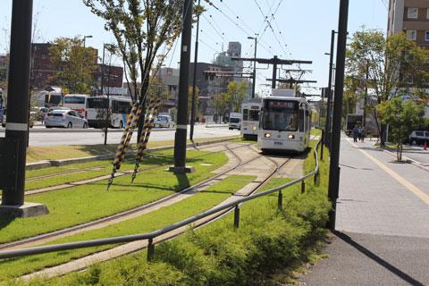 軌道緑化された熊本駅前