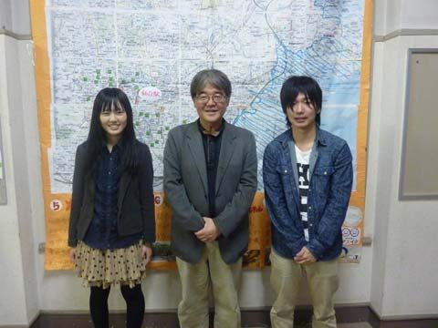 東北大学の学生と仙台市ハザードマップを前にして
