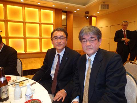 中国労働金庫の大﨑康弘副理事長(左)と記念撮影