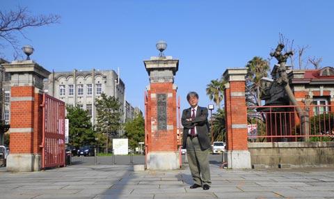 九州大学正門にて