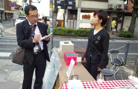 主催の河上直美さんを取材する山陽新聞記者