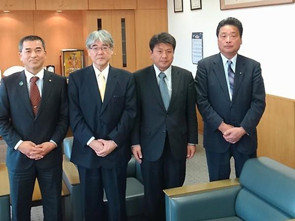 上野議長(左端)、西田副議長(右端)
